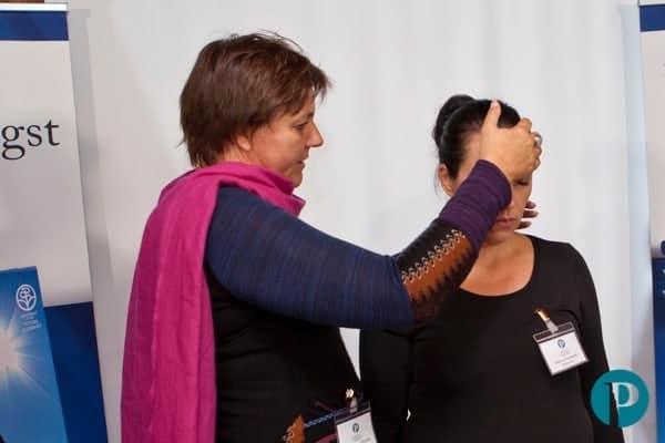 Hypnose Demonstration - Frau hypnotisiert Frau