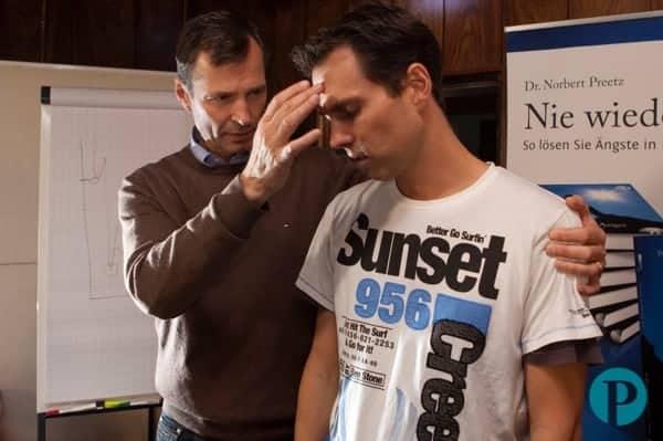 Hypnose Demonstration - Mann hypnotisiert Mann