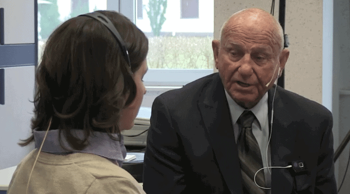 Dr. Edwin Yager spricht mit einer Patientin