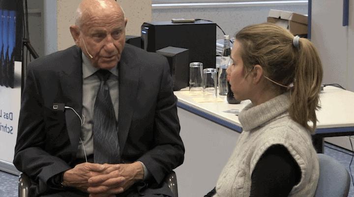 Dr. Edwin Yager während einer Behandlung