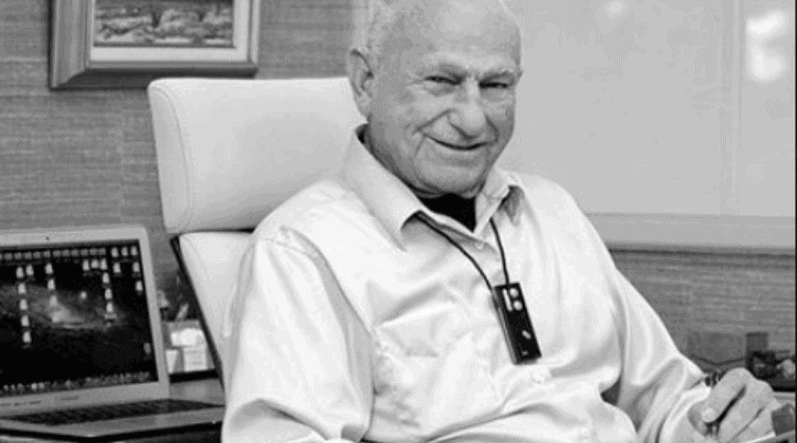 Dr. Edwin Yager im Büro